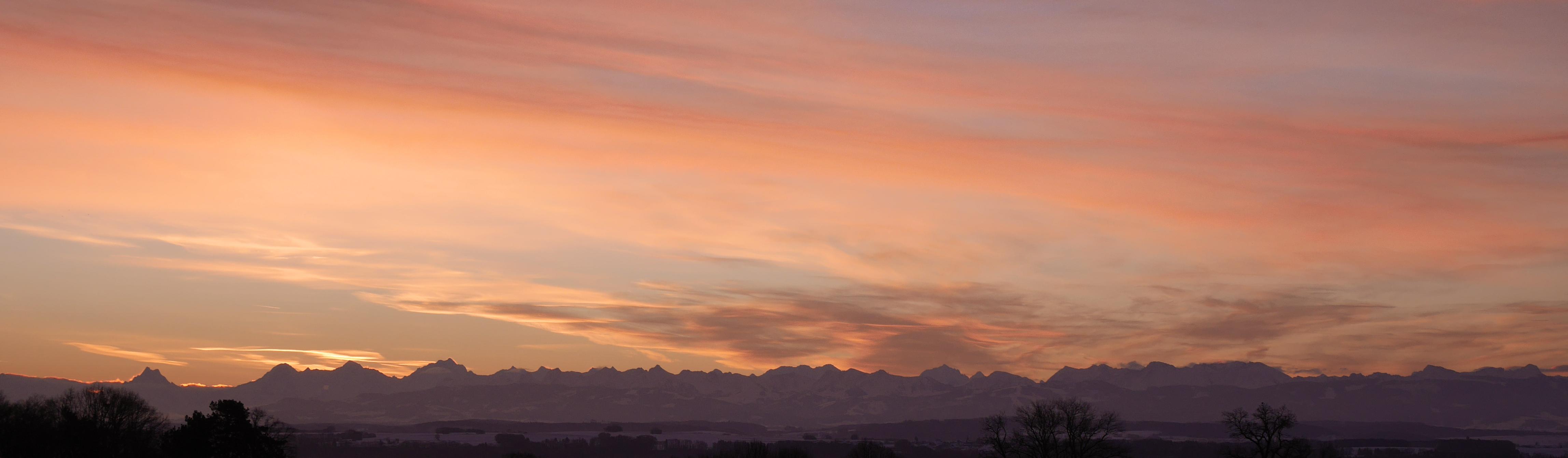 Bandeau page événement Ciel au levé du soleil au dessus des montagnes