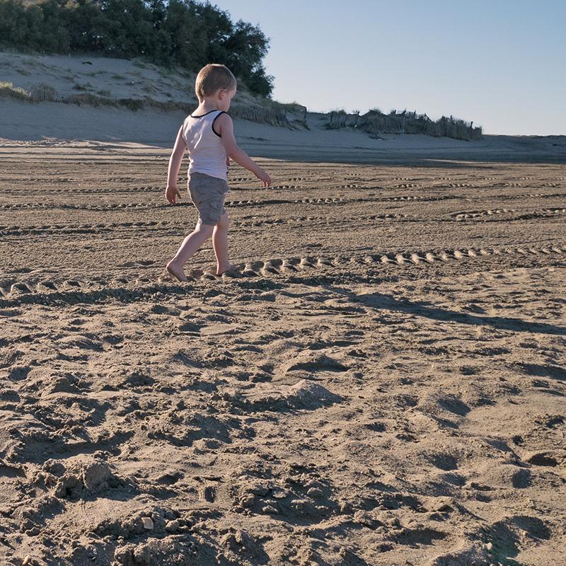 Enfant qui marche sur la plage