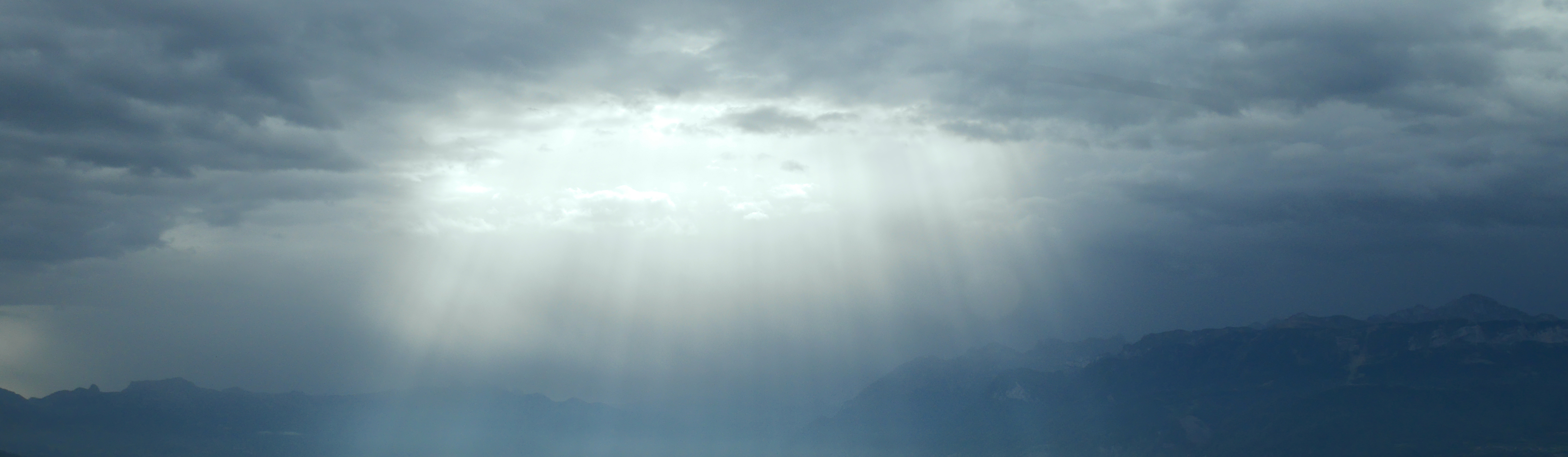 Ciel nuageux et rayons de soleil qui percent à travers les nuages