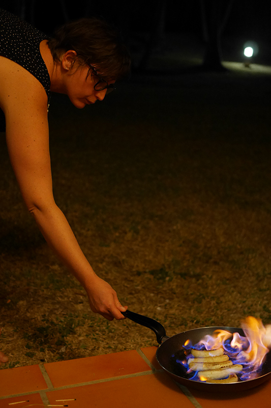 Loetitia Monge en train de cuisiner des bananes flambées