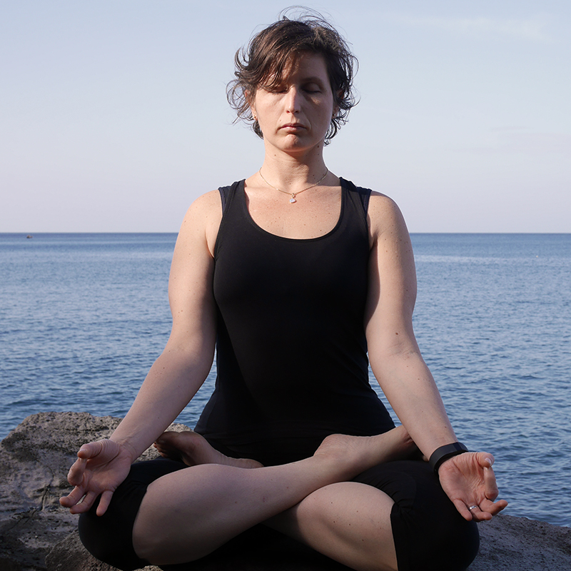 Loetitia Monge dans la posture de padmasana