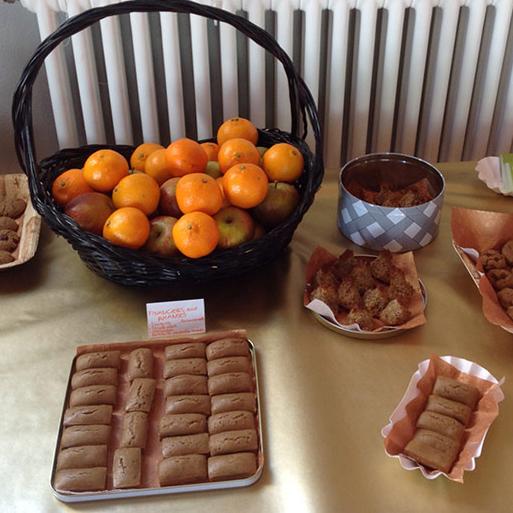Buffet sucré composé de mandarines, de financiers aux amandes et de rochers au coco