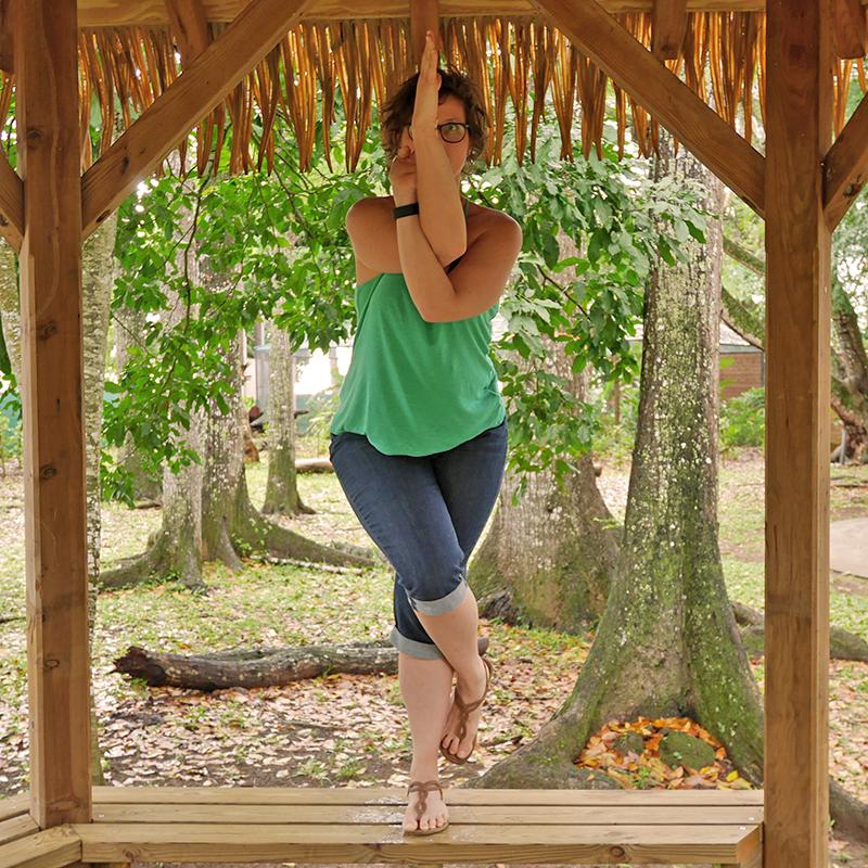 Loetitia Monge dans la posture Garudasana