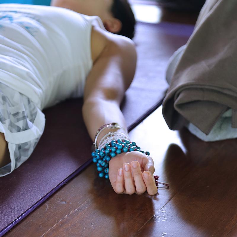 Posture de shavasana pour yoga nidra