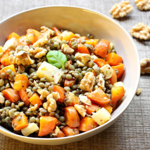 Assiette de lentilles vertes aux carottes et aux noix