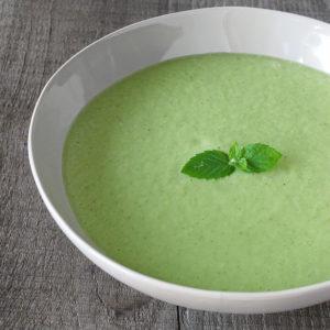 Soupe de courgette crue dans une assiette blanche