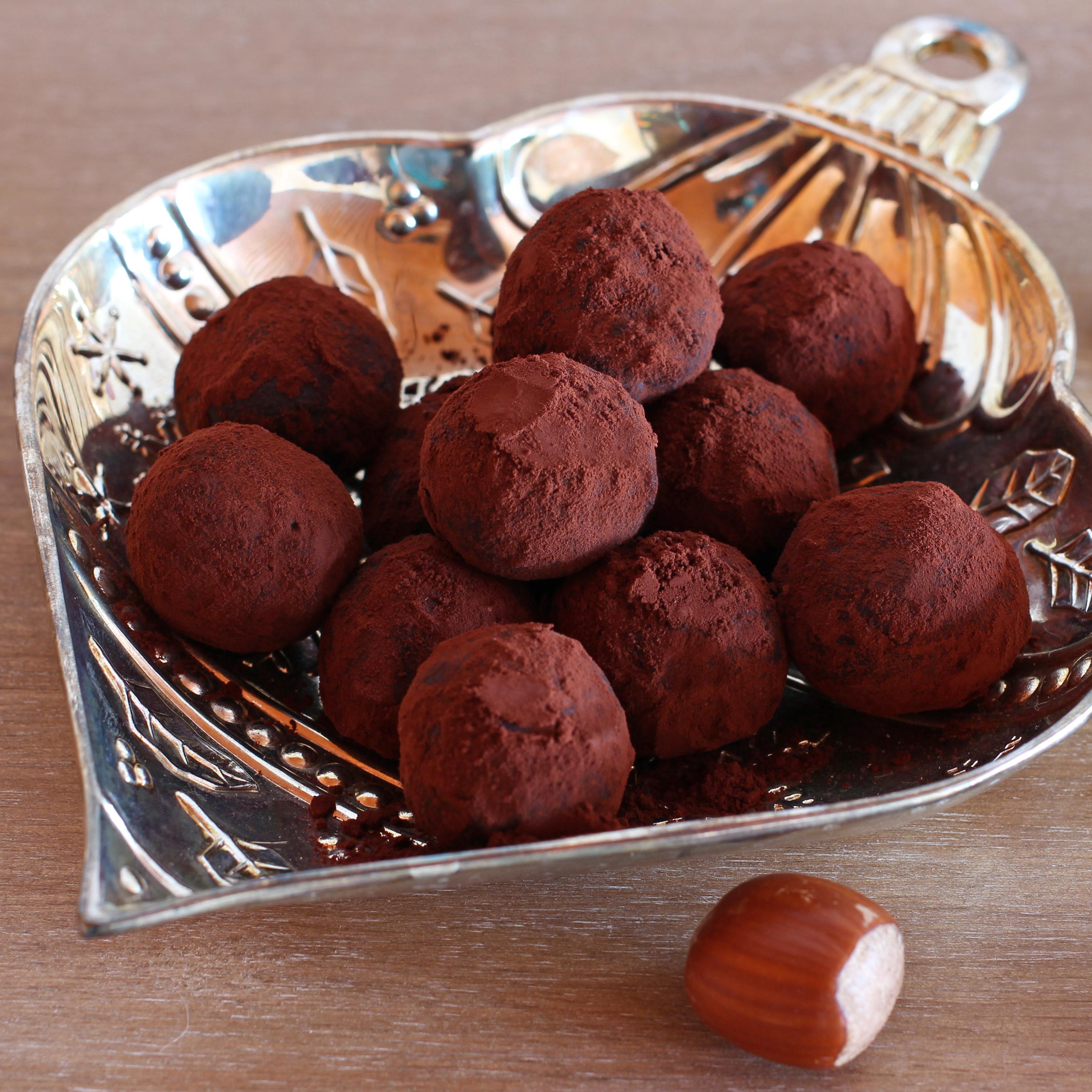 Truffes au cacao présentées dans une coupelle de noël