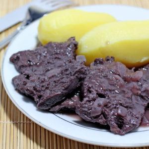 Bourgignon végane avec pommes-de-terre sur assiette blanche
