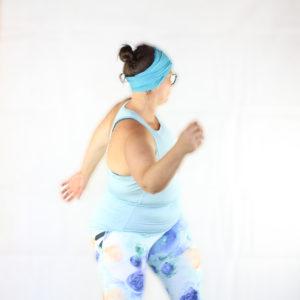 Loetitia Monge réalisant un mouvement libre dans une tenue bleue
