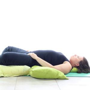 Loetitia Monge faisant la relaxation des hanches et du psoas