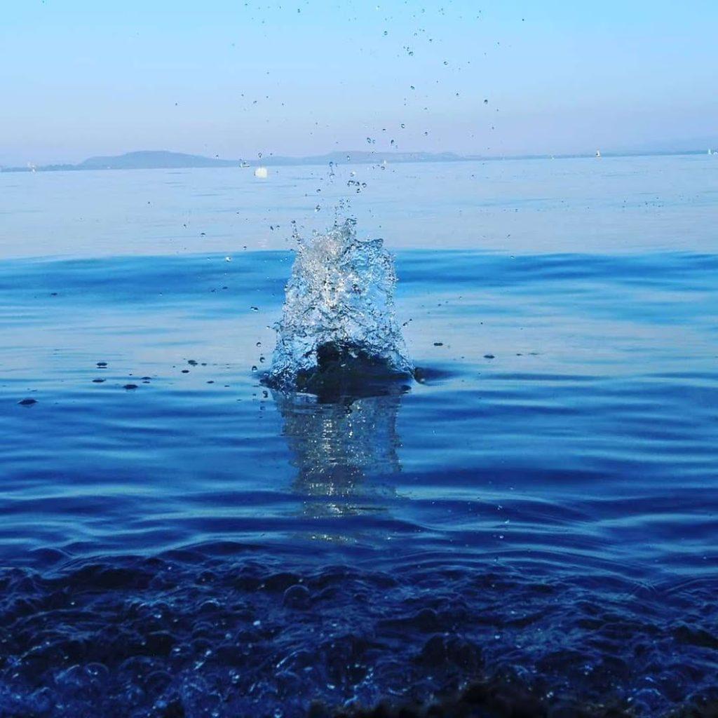 Caillou sui rentre en contact avec la surface de l'eau