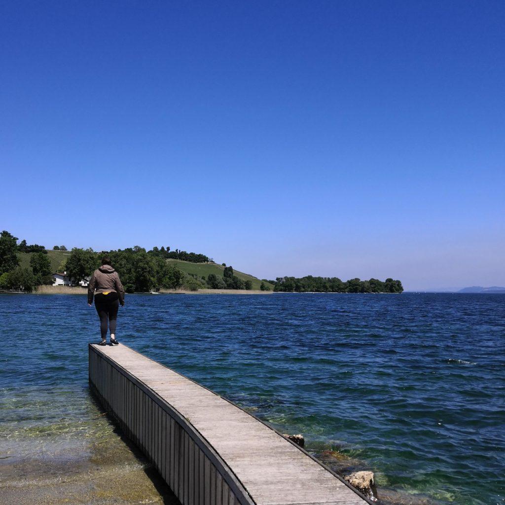 Loetitia Monge au bout d'un quai vers le lac